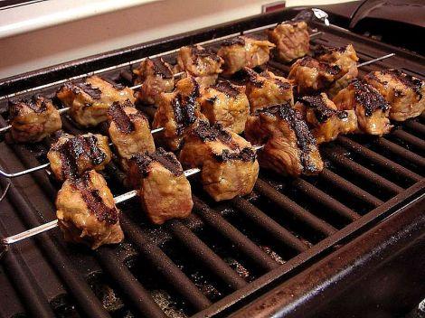 דיוקסינים. עלולים להצטבר בשרשרת המזון. צלייה או הסרת השומן מהבשר עשויה להפחית את רמת הדיוקסינים.
